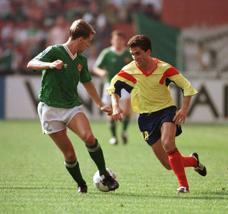 Chris Morris jugador del Celtic (izq.) Gica Hagi (der.) en el Rumanía-Rep.Irlanda del 25 de Junio de 1990 de los Octavos de Final del Mundial de Italia.