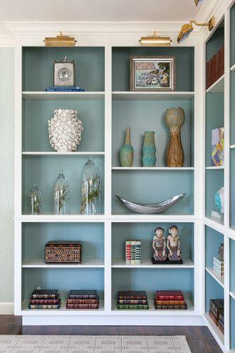 Binnenkant van boekenkast in opvallende kleur schilderen......