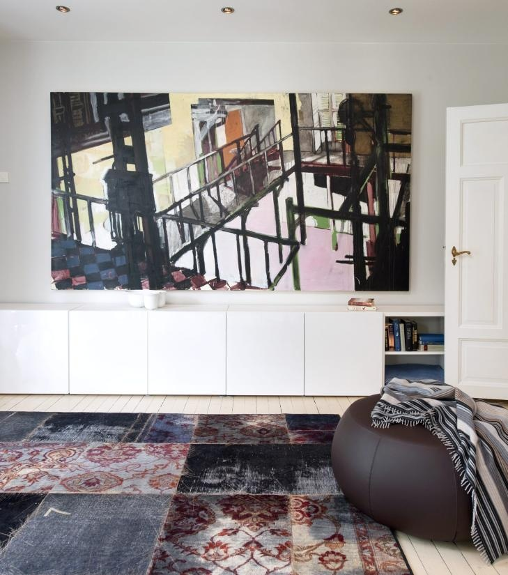 MALERISK: Ved siden av hovedstuen ligger tv-stuen som tidligere var soverom. Her har maleriet av Benjamin Bergman fått hovedplass. Teppet fra Mashup fra Kymo, Hole Design, har mye mønster, men er likevel i dialog  med maleriet. Puff Pix fra Arper. Pledd fra Missoni. FOTO: Espen Grønli