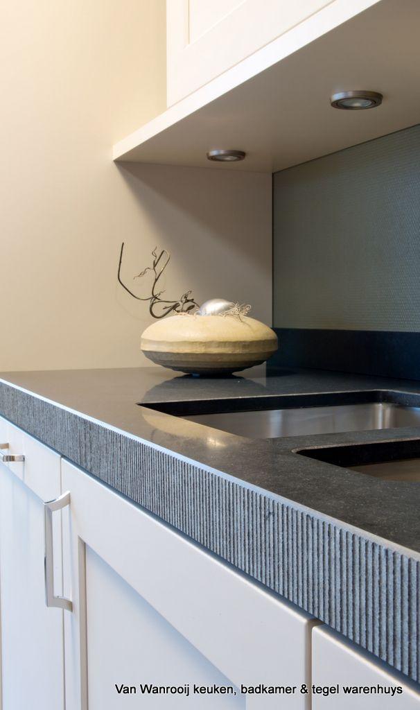 Keuken in de woonstijl Modern met een stenen werkblad, geïntegreerde spoelbak en keukenkastje met kader
