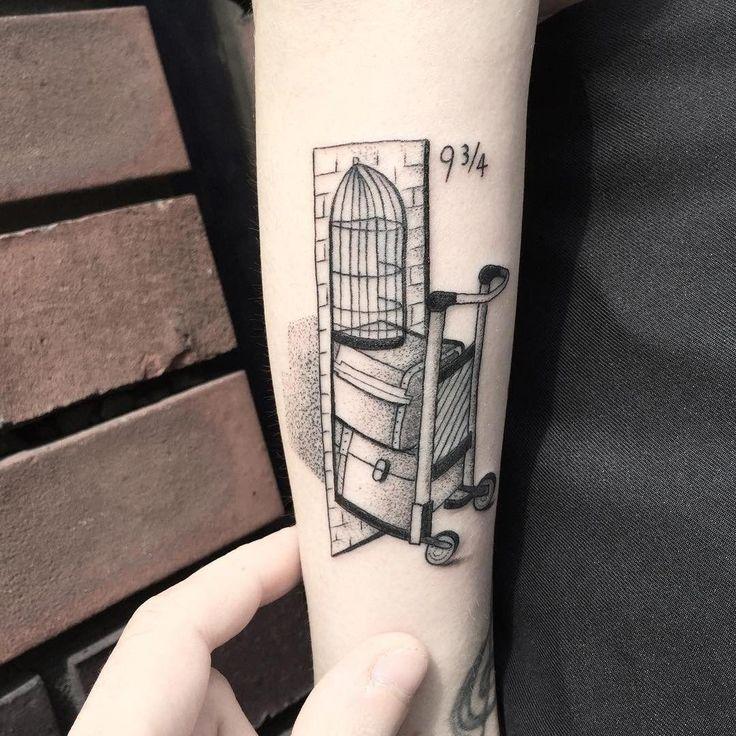 Tätowierung von Bombayfoor aus Italien. Tattoo für Harry-Potter-Fans und alle, die die 9 3/4 Plattform kennenlernen möchten. #harr …