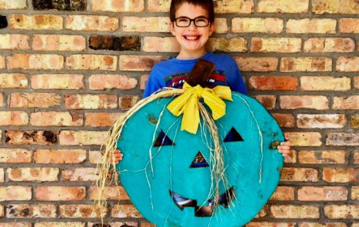 #TealPumpkinProject: ¿Qué hay detrás de las calabazas de color verde azulado?     Las calabazas color 'teal' no son una nueva tendencia decorativa, son una iniciativa para apoyar a las familias con hijos con alergias alimentarias.