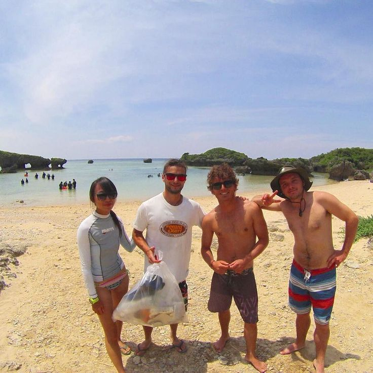 梅雨の晴れ間 今日はシーナサーフでいつも使わせてもらっているビーチのゴミ拾い 姉妹店のアイランドブリーズに勤めているスタッフが休日なのに手伝ってくれました やはり海はキレイな方がキモチイイ #seanasurf #okinawa #beachcleanup #surf #sup #シーナサーフ #沖縄 #ビーチクリーン #サーフィン #サップ #ワーホリ
