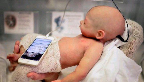 Aihhh, Boneka Bayi Ini Mirip Banget dengan Manusia
