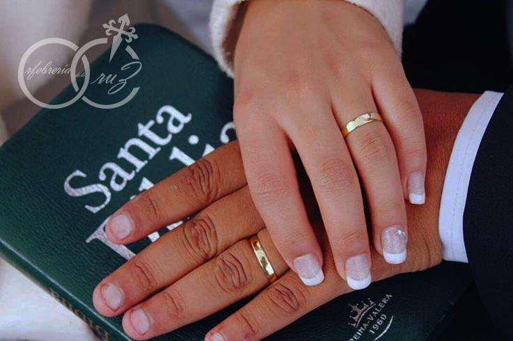 Argollas de matrimonio en oro de 18 k con circón. Hechas a mano por Orfebrería de la Cruz.