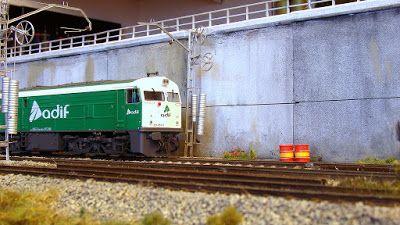 Locomotora diesel 321 ADIF. Escala H0.  Locomotora diesel adscrita al parque de mantenimiento del gestor de infraestructuras ferroviarias ADIF.