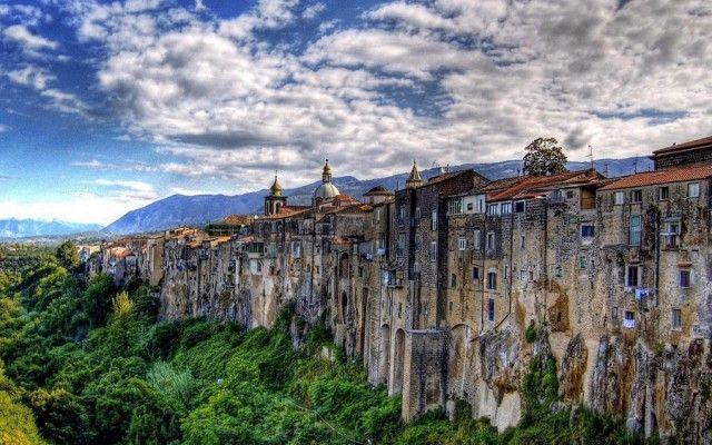 Сант-Агата-де-Готи – итальянская коммуна с атмосферой средневековья