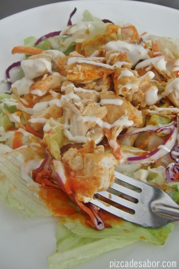 Ensalada pollo buffalo {versión ligera o light}   http://www.pizcadesabor.com/2013/02/27/ensalada-pollo-buffalo-version-ligera-o-light/