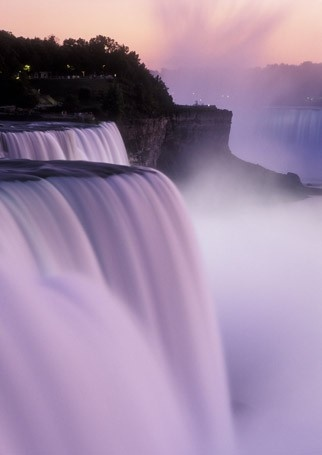 This article votes Niagara Falls as one of the top places in the world to get down on one knee!