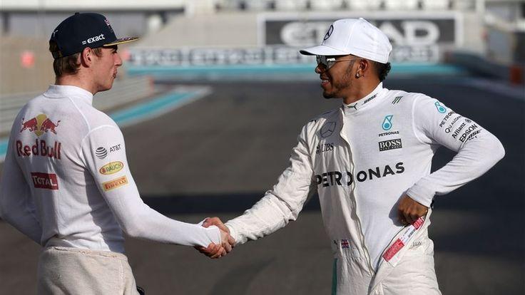 Bernie Ecclestone voorspelt een saai raceseizoen dat wordt gedomineerd door Mercedes-coureur Lewis Hamilton. De Formule 1-baas acht alleen Max Verstappen in staat om het de Brit lastig te maken.