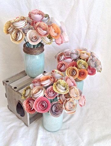Papieren bloemen. Papieren bloem middelpunt. Rustiek bruiloft middelpunt. papieren rozen. rustiek huwelijk. Mason jar. Lente bruiloft. Zomer bruiloft. Land bruiloft.