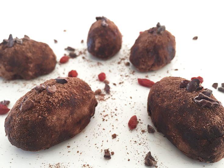 Lækre og sunde raw food påskeæg med cashewnødder og raw cacaonibs.