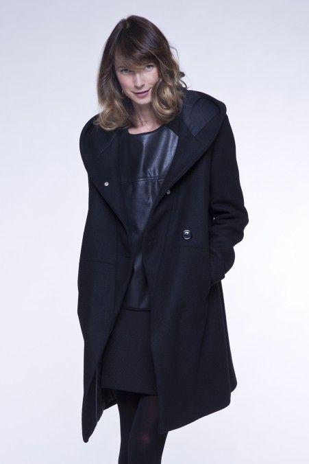 Manteau femme gris à capuche en lainage épais. Entièrement doublé et ouatiné, il est très chaud pour l'hiver. Fabriqué en Europe. Collection hiver 2015.