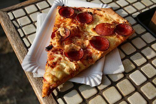 самый здоровский рецепт теста для пиццы: 1,5 стакана муки 2 столовые ложки оливкового масла 1 стакан тёплой воды пол чайн...