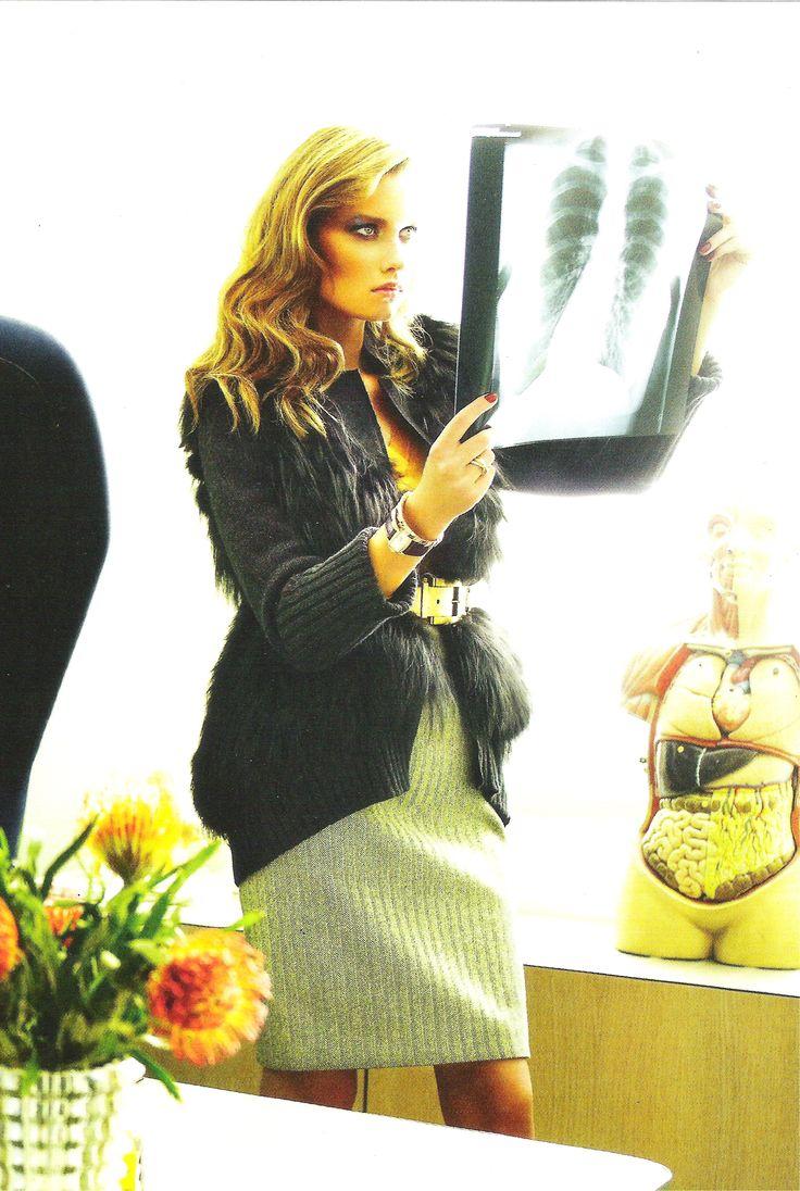 Jersey de Guess by Marciano, cardigan de Marni, falda jaspeada de Roland Mouret.  Imagen de VOGUE ESPAÑA.
