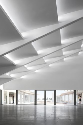Amazing geometric ceiling incredible use of indirect light. & 449 best Architecture - Natural Light images on Pinterest | Space ... azcodes.com