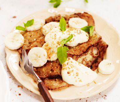 Pannkakor med kokos och banan känns nytt och är lite nyttigare än pannkakor med sylt och grädde. Ännu nyttigare blir pannkakorna om en del av mjölmängden byts ut till grahamsmjöl eller fint rågmjöl.