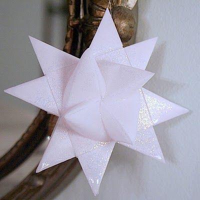 Weihnachtssterne aus Papier gemacht
