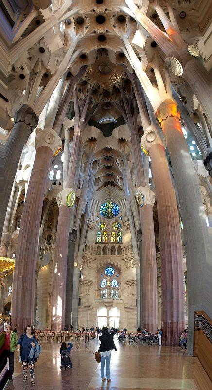 Sagrada Familial de Gaudi -  L'architecture de Gaudí est également profondément marquée par la recherche de nouvelles solutions structurales, qu'il atteignit au terme d'une vie entièrement dédiée à l'analyse de la structure optimale de l'immeuble, intégré dans son environnement, et synthèse de tous les arts et métiers. Par l'étude et la pratique de solutions nouvelles et originales, l'œuvre de Gaudí trouve son aboutissement dans un style organique, inspiré par la nature.