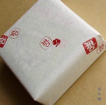 和判子にはんこをおしてもかわいいですよ。ザラットした和半紙には和を模ったはんこがおすすめです。外国の方にも喜ばれるラッピングができるかも。