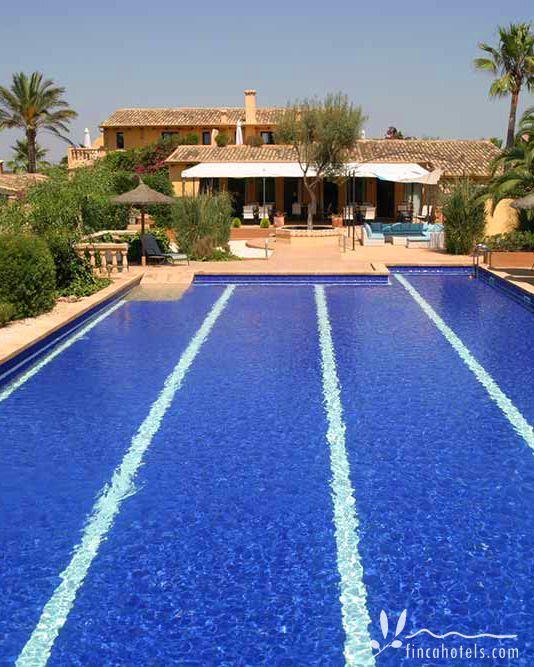 Ein großer Pool, der nicht nur zum Planschen einlädt, eine idyllische Gartenanlage und herrlich gemütliche Zimmer - all das bietet das romantische Hotel Finca Amapola auf Mallorca im Süden der Insel.