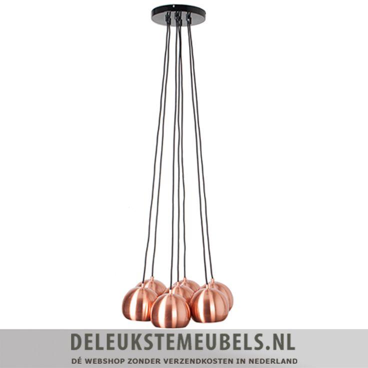 Deze trendy hanglamp Multishine copper van het merk Zuiver is echt prachtig! De lamp bestaat uit zeven bolvormige lampen. De lampenkappen zijn gemaakt van metaal  in een koper kleur. Het ophangsysteem aan het plafond is zwart van kleur. Een mooie blikvanger, helemaal als hij aan is! DO try this at home!  Extra maten: De bolvormige lampen hebben een diameter van 15cm en zijn 14cm hoog.  Je huis stylen met de leukste woonaccessoires en verlichting doe je samen met deleukstemeubels.nl!