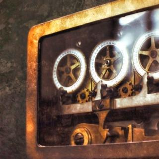 Sebuah kunci tua yang berfungsi sebagai pengaman pada brankas
