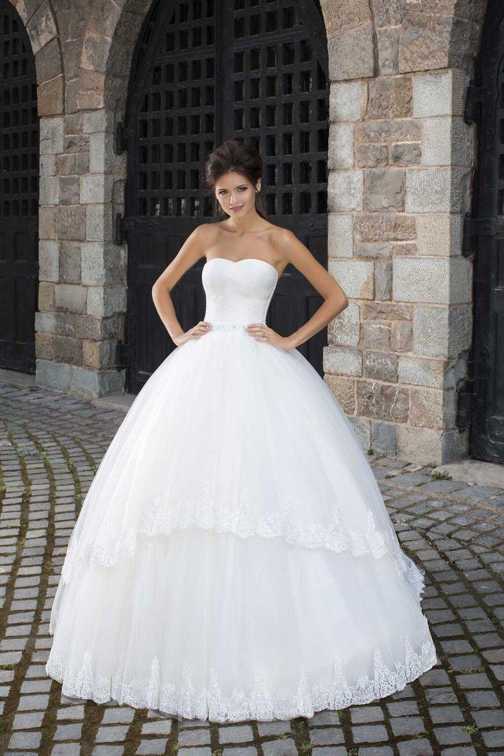Nádherné svadobné šaty so širokou sukňou zdobenou čipkou bez ramienok