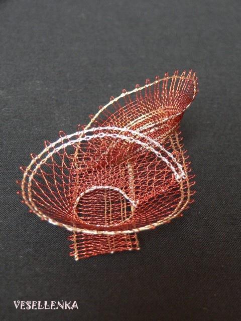 """brooch """"Copper targets"""", bobbin lace from metal threads. Lenka Veselá"""