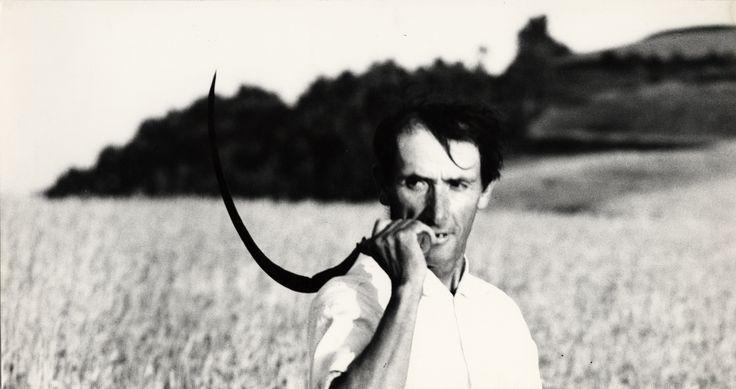 Per tutta la vita ha continuato a definirsi un tipografo eppure è considerato il più grande fotografo italiano del Novecento fin da quando, nel 1963