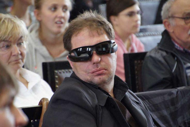 Brýle pro odezírání. Chytré brýle. V rámci festivalu Týden komunikace osob se sluchovým postižením představil sociální podnik Transkript online zajímavou