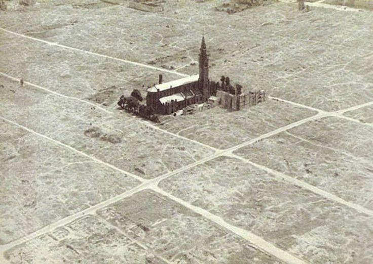 """Neoromański kościół pod wezw. św. Augustyna zbudowany w l. 1890-1896. W czasie wojny był terenie getta, po jego likwidacji  magazyn na mienie pożydowskie; po powstaniu w getcie były tam stajnie. W czasie Powstania Warszawsk. na wieży był niem. punkt obserwacyjny i bronń maszynowowa. 5 sierpnia 1944 r. uszkodzony podczas szturmu na """"Gęsiówkę"""". Po Powstaniu Niemcy podpalili dach, i chcieli wysadzić świątynie w powietrze - do czego nie doszło.Jeden z nielicznych budynków w getcie przetrwał…"""