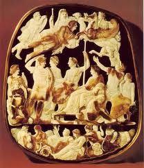 Los hombres llevaban algunas joyas sencillas y utiles, tales como alfiler o un broche para sujetar el himationo el chiton y un anillo con un sello que podia utilizarse para sellar las cartas y documentos importantes. llevaban bastones con empunadura de metal, de hierro o posteriormente de oro o de plata.