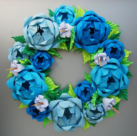 Questa corona di rosa è interamente fatto di carta. I fiori sono molto vicino alla dimensione di vita. Questa disposizione include 3 diverse tonalità di