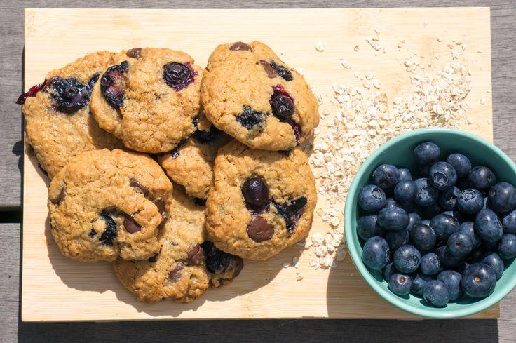 Havermoutkoekjes zijn misschien niet zo populair maar deze Blauwe bes havermoutkoekjes doen denken aan chocolate chip cookies. Gegarandeerd succes!