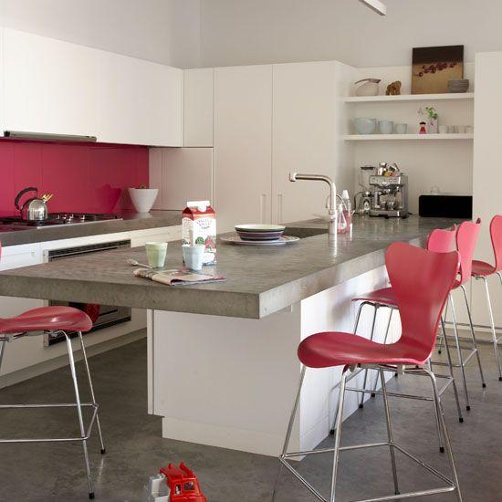 cozinha cor-de-rosa: Kitchens Decor, Kitchens Design, Decor Ideas, Kitchens Islands, Bar Stools, Accent Colors, Modern Kitchens, Concrete Floors, White Kitchens