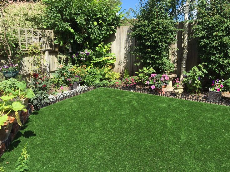 Our Trulawn Supreme artificial grass has a dense 37mm pile, realistic dark & lime green colour tones, and a luxuriously soft feel underfoot. It's the perfect choice for any garden! #ArtificialGrass #LowMaintenanceGarden #GardenDesign #GardenUpdate