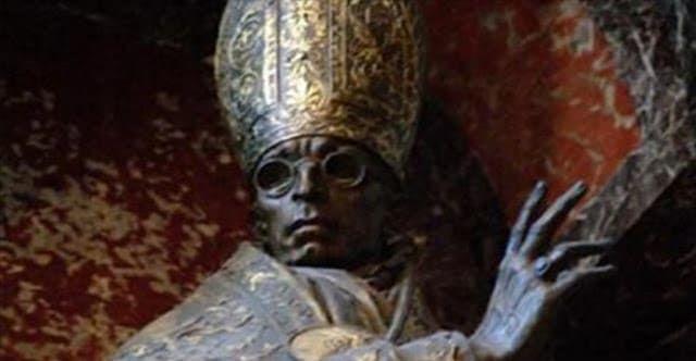 Γράφει ο Σπύρος Μακρής Το«Σκοτεινό Μυστικό» φαίνεται να χρονολογείται από την αρχή της Καθολικής Εκκλησίας, ωστόσο μάλλον είναι εμπνευσμένο από τις πρώτες μέρες των πρώτων χριστιανικών χρόνων, αν και έχουν υπάρξει αρκετές αναφορές ότι υπήρχε ήδη από τον 1ο αιώνα π.Χ. στη Ρώμη. Υποστηρίζεται πως η Καθολική Εκκλησία ελέγχεται από μία παλαιά Ρωμαϊκή «λατρεία» η …