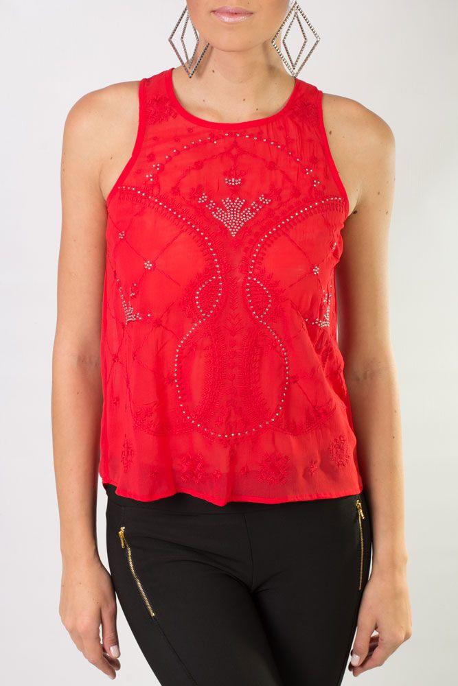 Blusa roja, sin mangas, con un elegante diseño y detalles de perlitas.