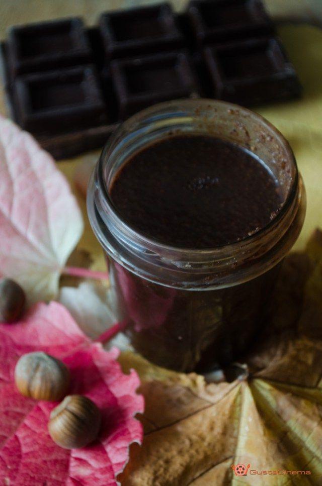 Crema spalmabile nocciole e cioccolato fondente è una crema molto buona ideale per preparare crostate, biscotti, o semplicemente spalmata sul pane.