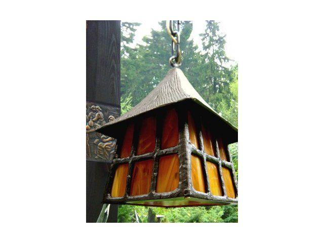 Wszystkie powstające w pracowni lampy ogrodowe mosiężne robione są ręcznie, z ogromną dbałością o szczegóły, z zachowaniem największego mistrzostwa rękodzielniczego