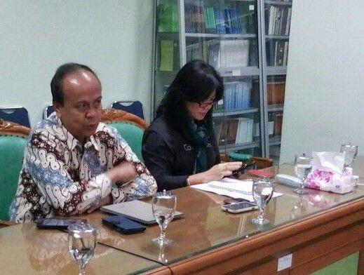 """KIBLAT.NET, Jakarta – Pasca pengumuman hasil autopsi Siyono, Komisioner Komnas HAM Siane Indriyani mengaku mendapatkan sejumlah teror. Beragam teror yang diterimanya adalah sejumlah aparat yang mendatangi rumahnya pada malam hari. Selain itu, satpam kompleks juga didatangi orang yang menanyakan berbagai kegiatan suami dan keluarganya. """"Saya yakin, ini berkaitan dengan autopsi Siyono,"""" ungkapnya di Semarang, Jawa …"""