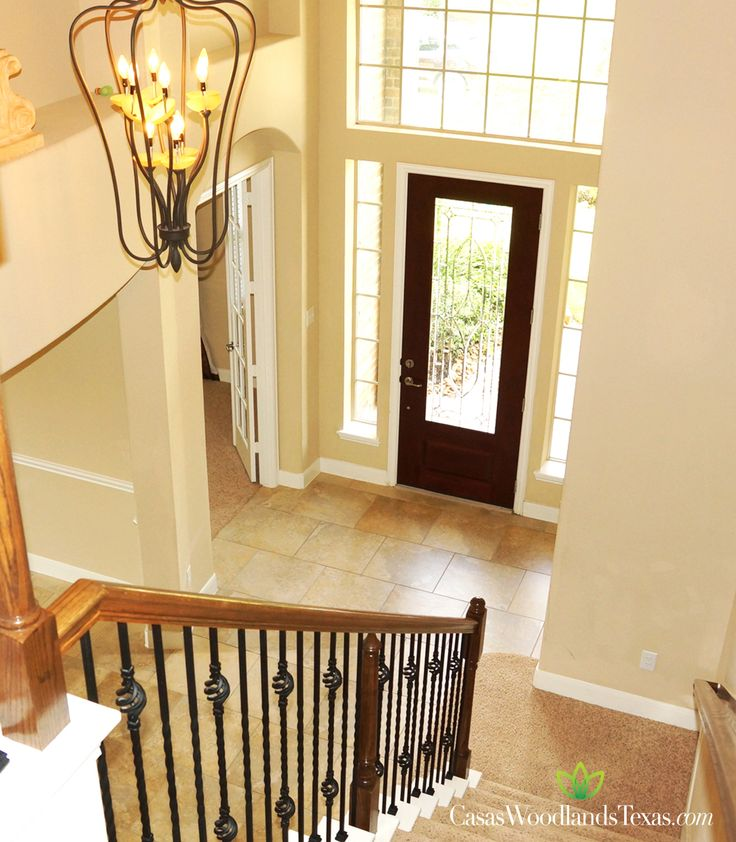Escaleras con barandal de hierro forjado decoraci n interiores casas hogar thewoodlands - Casas con escaleras interiores ...