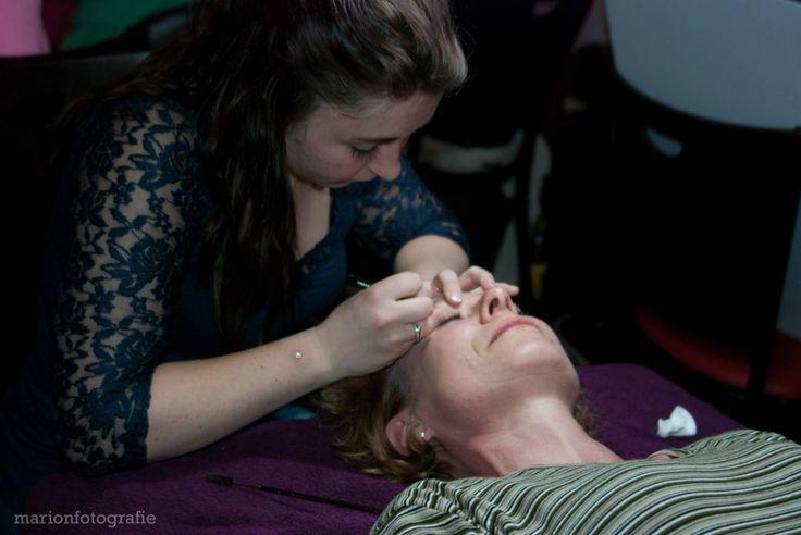 Aan het werk op de ladies night van het KWF. Al het geld wat met o.a epileren is opgehaald is volledig gedoneerd aan het KWF!