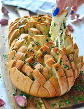 Chleb faszerowany serem i masłem czosnkowo-pietruszkowym - najlepsza klasyczna wersja chleba \