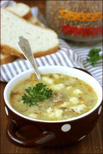 Суп с гречкой и картофельными клецками На 2,5-3 литра воды: мясо для бульона (у меня говядина с косточкой)- примерно 300г; гречка - 1/2 стакана; лук репчатый - 1 шт; небольшая морковь - 1 шт; растительное масло - 2 ст. ложки; соль, черный перец, зелень - по вкусу.  для клёцок: средний картофель - 3 шт; яйцо куриное - 1 шт; мука пшеничная - 2 ст. ложки; маленький пучок укропа.