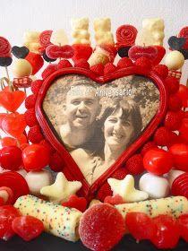 En su octavo aniversario de boda, Rosa ha decidido regalar a Oliver esta golosa cestita tan dulce como dulces han sido estos años juntos...