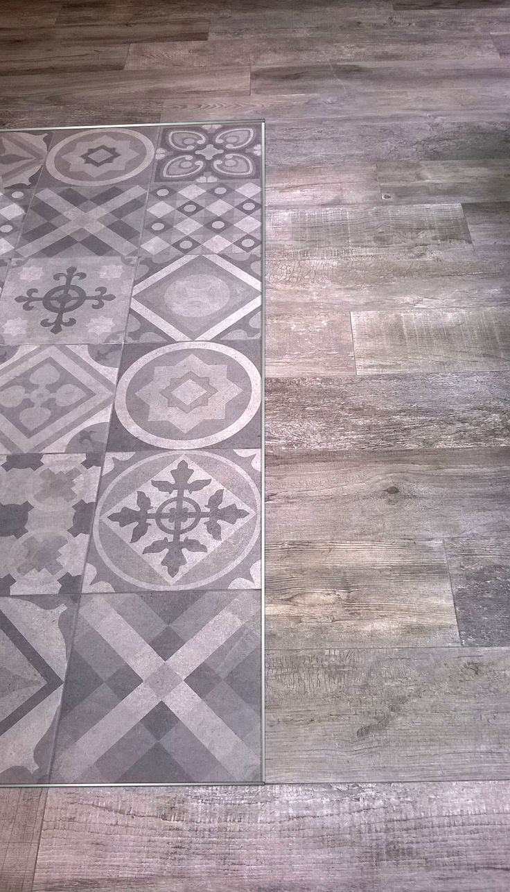 Vista delicada que separa revestimientos diferentes y enmarca áreas en el piso. Varilla en L de aluminio anodizado natural.