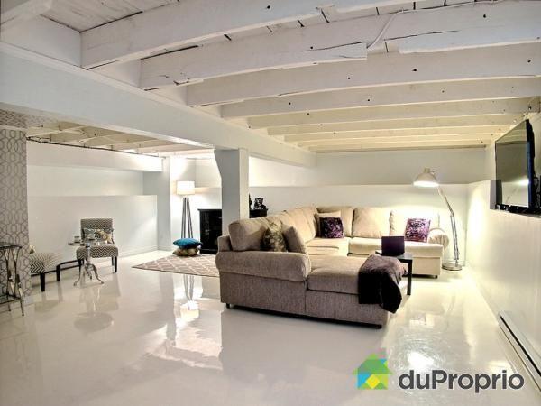 Peindre les poutres de plafond en blanc (ou de les laisser au naturel) est des plus ingénieuses. Non seulement vous gagnez plusieurs pouces en hauteur mais vous économisez aussi sur la nécessité d'acheter des tuiles de plafond. Sans parler du superbe look shabby chic / rustique que cela donne à la pièce.  Crédit photo: Du Proprio