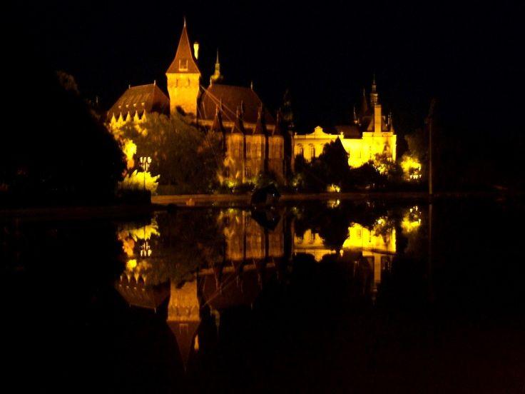 Vajdahunyad vára a Városligeti tó éjjeli tükrében